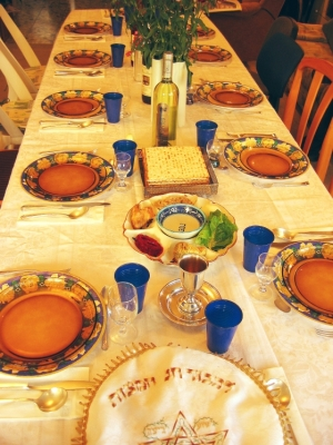 Table set for Passover Seder | wikipedia.org